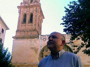 HISTORIADOR. El experto Miguel Juan Pereda, ante la torre actual de la iglesia.