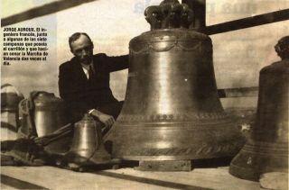Jorge Auroux. El ingeniero francés, junto a algunas de las siete campanas que poseía el carrillón y que hacían sonar la Marcha de Valencia dos veces al día.