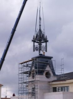 En la imagen, momento en el que se instalaba el nuevo campanario en la torre.