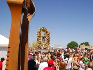 Las andas con la imagen de Santa María de Alarcos pasan junto a la nueva campana