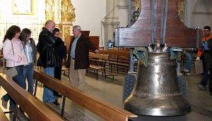 Trabajos de descarga de la nueva campana en la Iglesia de Santa Catalina - Autor: L. V.