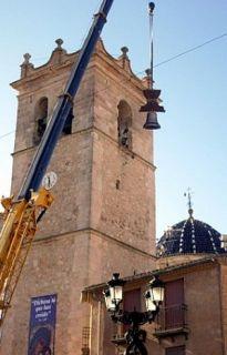 Una gran grúa levantó la campana hasta la torre - Autor: NAVARRO, Amparo