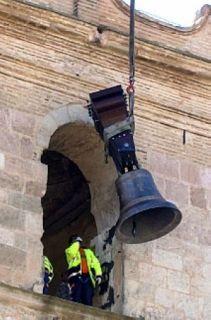 La campana llega a la ventana de la torre - Autor: NAVARRO, Amparo