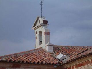 Detalle del tejado sobre el que cayeron piedras del campanario de la ermita - Autor: LANZA DIGITAL