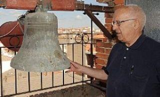 El Pilar. José Gil sostiene la pequeña campana 'de aldea' que remata el campanario de esta iglesia, inaugurada el 1 de mayo de 1959. Debido a sus dimensiones no se utiliza, ni tampoco el sistema de megafonía que también se puso en su momento. - Autor: PODIO, Manuel