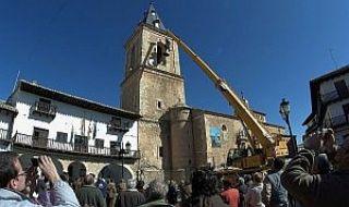 Expectación. Muchos vecinos asistieron a la colocación de las campanas en su monumental iglesia de San Bartolomé. - Autor: D., J. A.
