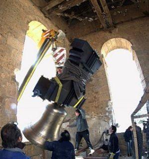 Encajando la campana grande en su hueco de la torre. - Autor: D., J. A.
