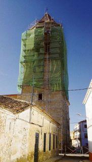 La imponente torre de la parroquia de Mahora, repleta de andamios. - Autor: FERNÁNDEZ