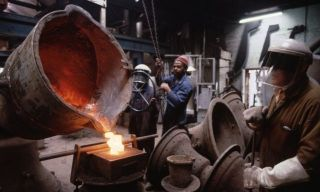 Workers at the Whitechapel Bell Foundry cast tower bells. - Autor: FREEMAN, Michael (GETTY IMAGES)